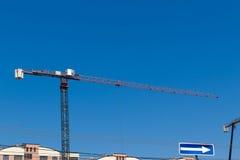 Конструкция крана и здания на предпосылке голубого неба Стоковое фото RF
