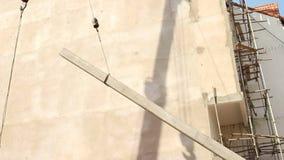 КОНСТРУКЦИЯ: Кран поднимает конкретную кучу с большим кабелем акции видеоматериалы