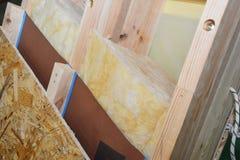 Конструкция крыши чердака с влажными слоями изоляции доказательства, водоустойчивых и минеральных шерсти стоковое фото rf