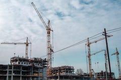 Конструкция многоквартирных домов Много краны здания В потоке операций Стоковое фото RF