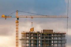 Конструкция многоэтажного здания с краном Стоковое Фото