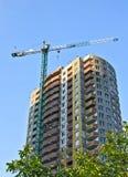 Конструкция многоэтажного здания на предпосылке неба Стоковое фото RF