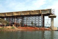 конструкция моста над рекой Стоковые Фотографии RF