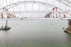 Конструкция моста Объекты инженерства для конструкции моста железной дороги и автомобиля через пролив Стоковая Фотография