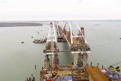 Конструкция моста Объекты инженерства для конструкции моста железной дороги и автомобиля через пролив Стоковое фото RF