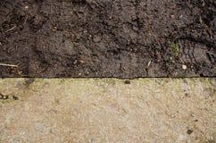Конструкция насыпи Предпосылка почвы Припаркуйте земную текстуру с утесами mulch и грязью Черная текстура почвы точная текстура к Стоковое фото RF