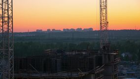 Конструкция нового жилого дома в вечере на заходе солнца промежуток времени сток-видео