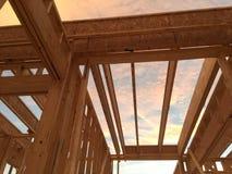 Конструкция нового дома на заходе солнца Стоковое Изображение RF