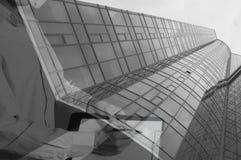 Конструкция нового стеклянного здания с таблеткой Стоковое фото RF