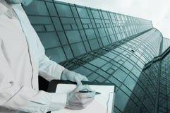 Конструкция нового стеклянного здания с таблеткой Стоковая Фотография