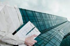 Конструкция нового стеклянного здания с чертежом Стоковые Фотографии RF