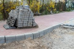 Конструкция новой дороги от бетонных плит Новые вклады в небольшом городе в Центральной Европе стоковые изображения rf