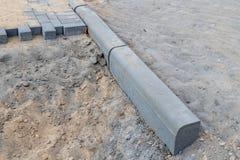 Конструкция новой дороги от бетонных плит Новые вклады в небольшом городе в Центральной Европе стоковые фото