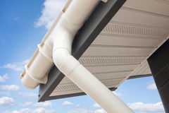 Конструкция дома панели ГЛОТОЧКА Новая серая крыша плитки металла с белой сточной канавой дождя Стоковое Фото