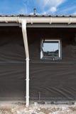 Конструкция дома панели ГЛОТОЧКА Новая серая крыша плитки металла с белой сточной канавой дождя Стоковые Фотографии RF