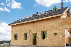 Конструкция дома рамки Конструкция и реновация дома с стрехами, окнами, входом, фиксируя фасадом, изоляцией Стоковые Фотографии RF