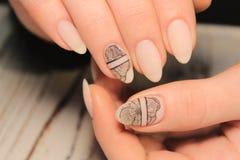 конструкция предпосылки красивейшая вручает ногтю hibiscus белую женщину стоковое изображение rf