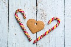 конструкция рождества предпосылок вы Оформление рождества на деревянной предпосылке с печеньями и тросточкой Стоковое Изображение RF