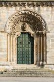 Конструкция романск двенадцатого века в Portomarin Виск-крепость большинств оригинала Галиции Испания стоковые изображения