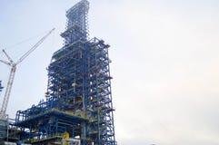 Конструкция с помощью кранам большой химической установки на нефтеперерабатывающее предприятие Стоковое фото RF