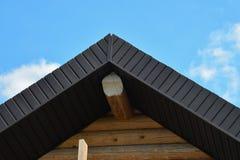 Конструкция толя деревянного крупного плана дома сняла крыши на предпосылке голубого неба Стоковые Фото