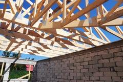 Конструкция толя дома с деревянными ферменными конструкциями Крыша тимберса связывает здание Стоковое Изображение RF
