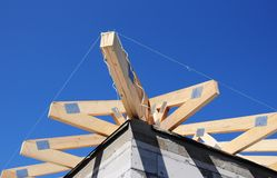 Конструкция толя с деревянным лучем крыши, стропилинами, ферменными конструкциями, делая водостойким мембраной стоковые фотографии rf