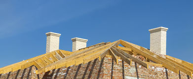 Конструкция толя Деревянная рамка крыши, белые печные трубы и Стоковое Изображение RF