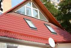Конструкция чердака дома с окном в крыше Windows Металл настилая крышу c стоковые фото