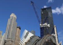 Конструкция эпицентра деятельности транспорта всемирного торгового центра Сантьяго Калатрава продолжается в Манхаттане Стоковые Фотографии RF