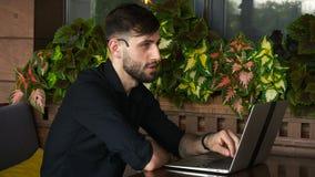 Консультант интернета говоря к клиенту с веб-камера и микрофоном сток-видео