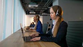 Консультант коммерсантки центра телефонного обслуживания имеет дело с клиентами видеоматериал