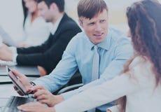 Консультант налога разговаривает с бухгалтером компании в wor стоковые фотографии rf