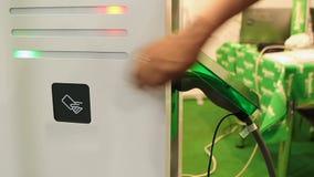 Консультант представляя наиболее поздно поручая пункт для электротранспортов на выставке видеоматериал