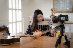Консультация в реальном маштабе времени аппаратуры передавая музыки блоггера на социальных средствах массовой информации vlogger  стоковые фото