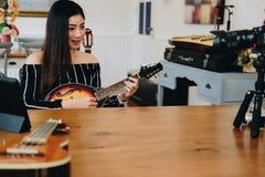 Консультация в реальном маштабе времени аппаратуры передавая музыки блоггера на социальных средствах массовой информации vlogger  стоковое изображение