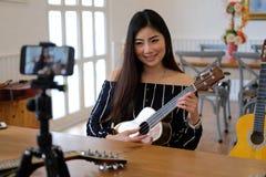 Консультация в реальном маштабе времени аппаратуры передавая музыки блоггера на социальных средствах массовой информации vlogger  стоковая фотография