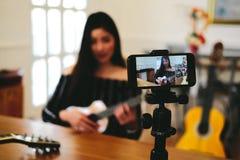 Консультация в реальном маштабе времени аппаратуры передавая музыки блоггера на социальных средствах массовой информации vlogger  стоковое фото rf