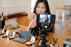 Консультация в реальном маштабе времени макияжа блоггера красоты передавая косметическая на социальных средствах массовой информа стоковые фото