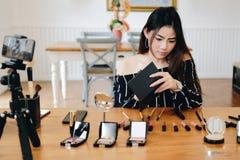 Консультация в реальном маштабе времени макияжа блоггера красоты передавая косметическая на социальных средствах массовой информа стоковая фотография rf