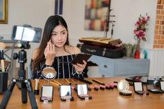 Консультация в реальном маштабе времени макияжа блоггера красоты передавая косметическая на социальных средствах массовой информа стоковое фото rf
