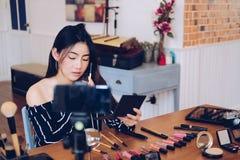 Консультация в реальном маштабе времени макияжа блоггера красоты передавая косметическая на социальных средствах массовой информа стоковое изображение