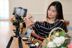 Консультация в реальном маштабе времени макияжа блоггера красоты передавая косметическая на социальных средствах массовой информа стоковое фото