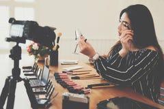 Консультация в реальном маштабе времени макияжа блоггера красоты передавая косметическая на социальных средствах массовой информа стоковое изображение rf