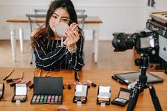 Консультация в реальном маштабе времени макияжа блоггера красоты передавая косметическая на социальных средствах массовой информа стоковая фотография
