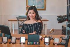 Консультация в реальном маштабе времени макияжа блоггера красоты передавая косметическая на социальных средствах массовой информа стоковые изображения