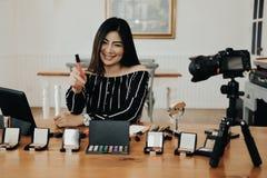 Консультация в реальном маштабе времени макияжа блоггера красоты передавая косметическая на социальных средствах массовой информа стоковые изображения rf