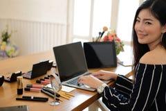 Консультация в реальном маштабе времени макияжа блоггера красоты передавая косметическая на социальных средствах массовой информа стоковые фотографии rf