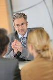 Консультант банка слушая к клиентам стоковое фото