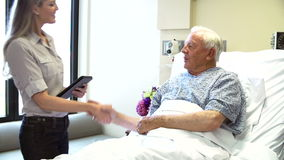 Консультант говорит к старшему мужскому пациенту в палате видеоматериал
